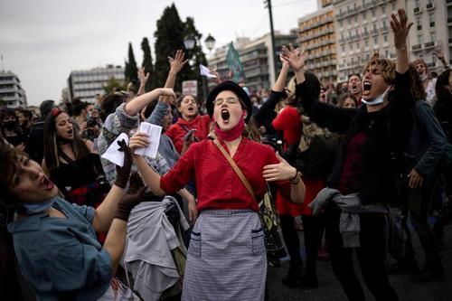 تجمع روز جهانی زن در مقابل پارلمان یونان در شهر آتن/ رویترز