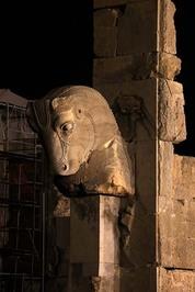یکی از دروازههای تختجمشید با نماد سر گاو
