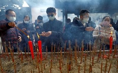 روشن کردن شمع و عود در معبد بودایی در شهر ووهان چین به مناسبت سال نو