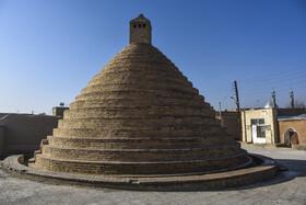 آثار تاریخی و معماری مهمی همچون آب انبار، قنات، آسیاب، یخدان و ... در «روستای تاریخی بیابانک» وجود دارد. آب انبار قدیمی این روستا مربوط به دوره قاجاریه است.